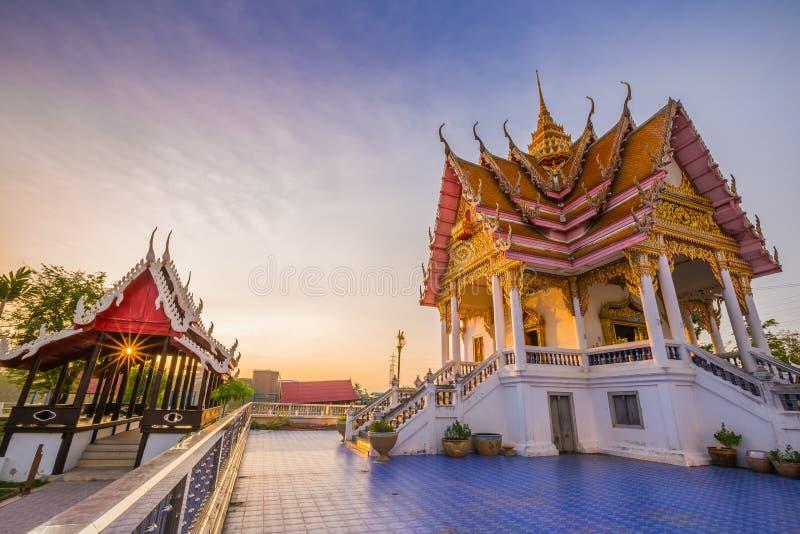 Ταϊλανδικός ναός στο ηλιοβασίλεμα, κτύπημα Pla Wat - Samut Sakhon, Ταϊλάνδη στοκ φωτογραφία με δικαίωμα ελεύθερης χρήσης