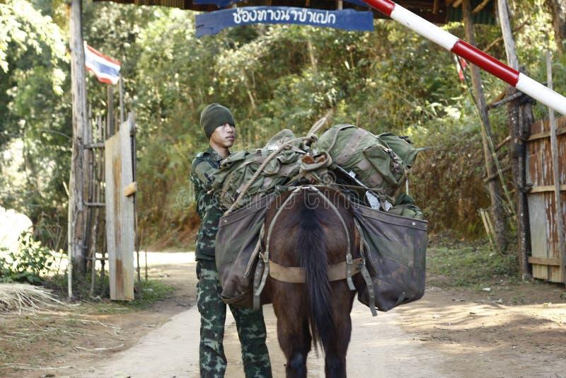Ταϊλανδικός στρατιώτης που τοποθετείται στα σύνορα του Μιανμάρ στοκ φωτογραφίες