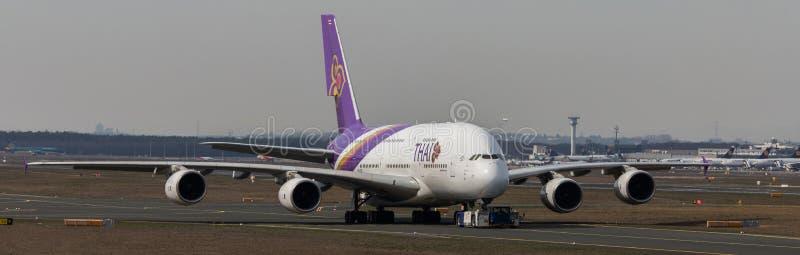 Ταϊλανδικό αεροπλάνο εναέριων διαδρόμων στον αερολιμένα Γερμανία της Φρανκφούρτης στοκ εικόνα