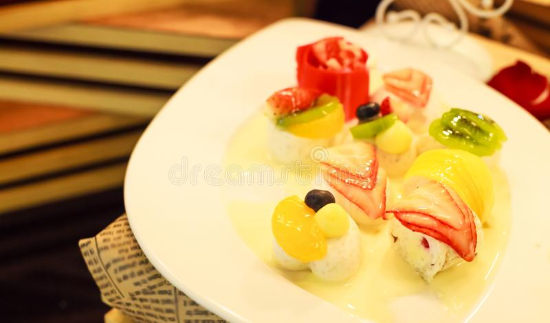 Ταϊλανδικό επιδόρπιο: τροπική μικτή ζελατίνα γάλακτος καρύδων φρούτων στο άσπρο πιάτο στοκ εικόνες