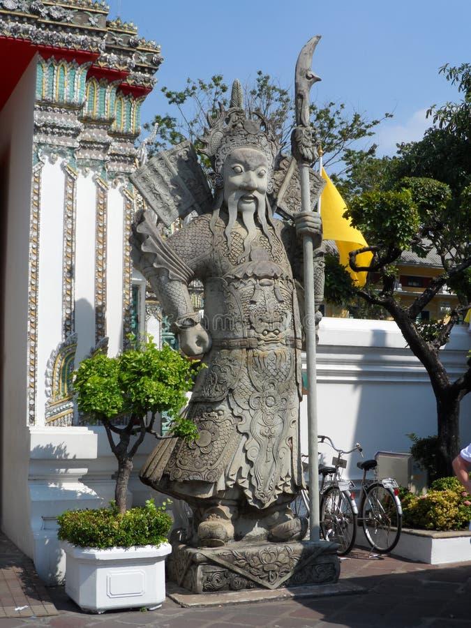 Ταϊλανδικό κέντρο σχολικών υπηρεσιών μασάζ Pho Wat Μια άλλη έλξη Wat Pho Κινεζικά αγάλματα πετρών που εξωραΐζονται από τις αψίδες στοκ φωτογραφία με δικαίωμα ελεύθερης χρήσης