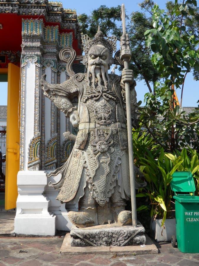 Ταϊλανδικό κέντρο σχολικών υπηρεσιών μασάζ Pho Wat Μια άλλη έλξη Wat Pho Κινεζικά αγάλματα πετρών που εξωραΐζονται από τις αψίδες στοκ εικόνα