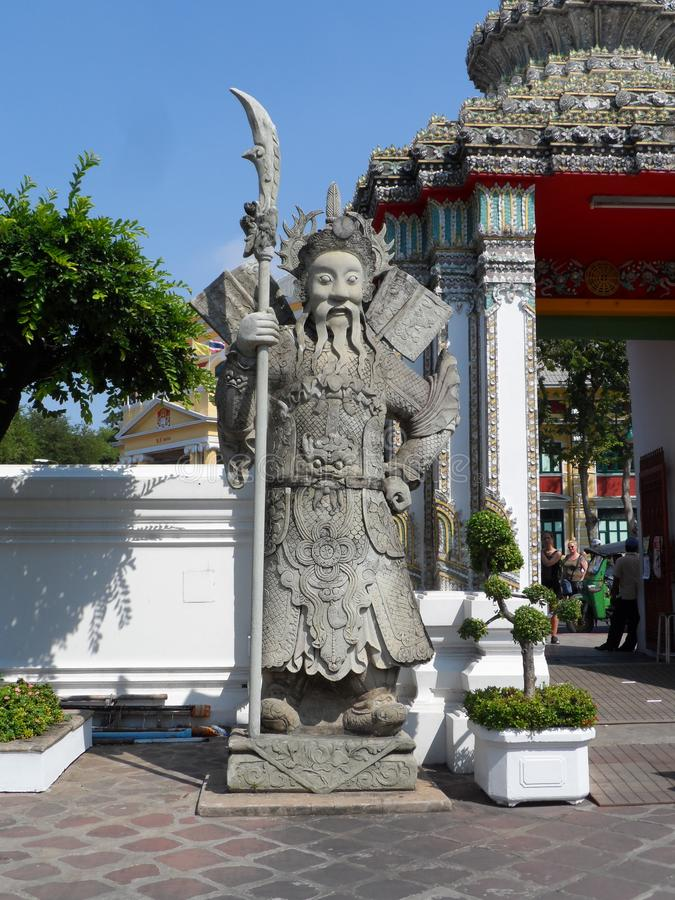 Ταϊλανδικό κέντρο σχολικών υπηρεσιών μασάζ Pho Wat Μια άλλη έλξη Wat Pho Κινεζικά αγάλματα πετρών που εξωραΐζονται από τις αψίδες στοκ εικόνες με δικαίωμα ελεύθερης χρήσης
