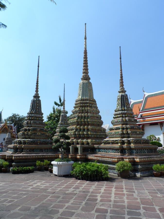Ταϊλανδικό κέντρο σχολικών υπηρεσιών μασάζ Pho Wat Μια άλλη έλξη Wat Pho Κινεζικά αγάλματα πετρών που εξωραΐζονται από τις αψίδες στοκ φωτογραφίες