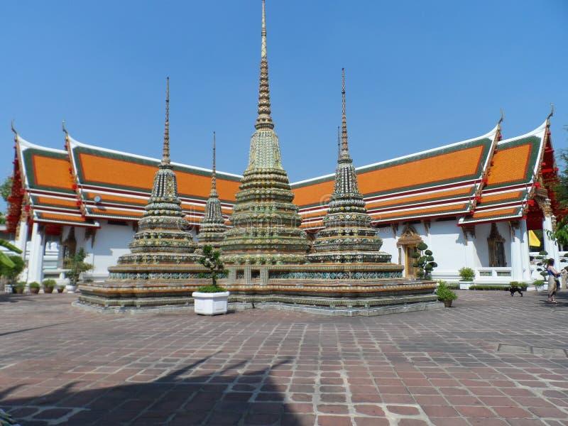Ταϊλανδικό κέντρο σχολικών υπηρεσιών μασάζ Pho Wat Μια άλλη έλξη Wat Pho Κινεζικά αγάλματα πετρών που εξωραΐζονται από τις αψίδες στοκ εικόνες