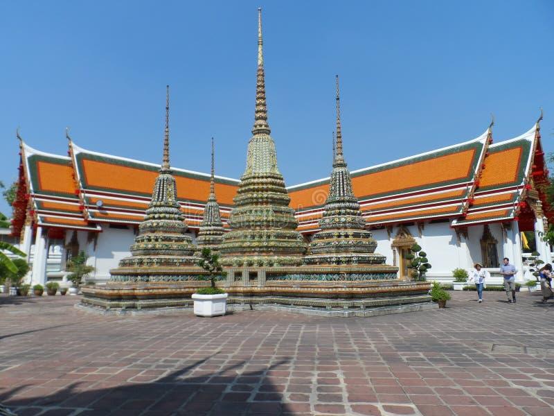 Ταϊλανδικό κέντρο σχολικών υπηρεσιών μασάζ Pho Wat Μια άλλη έλξη Wat Pho Κινεζικά αγάλματα πετρών που εξωραΐζονται από τις αψίδες στοκ φωτογραφία
