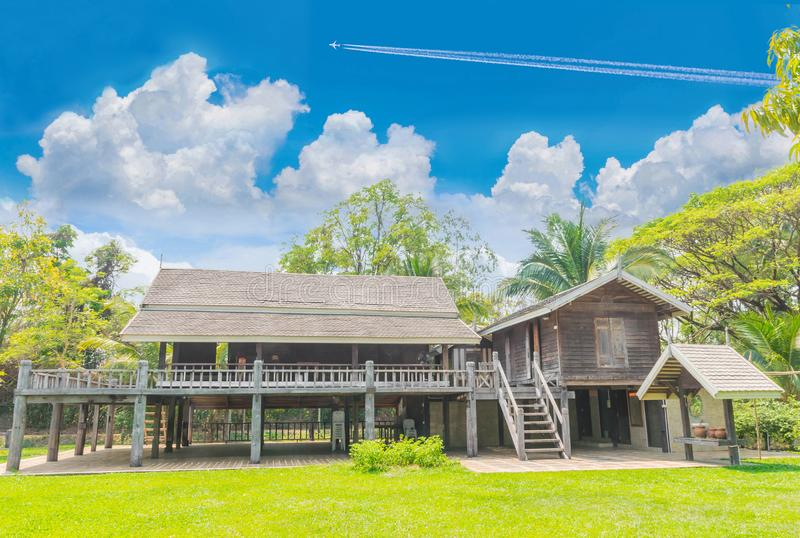 Ταϊλανδικό παλαιό ξύλινο σπίτι ύφους, το εκλεκτής ποιότητας ταϊλανδικό παραδοσιακό ύφος σπιτιών Οι δημόσιες ιδιότητες στην Ταϊλάν στοκ φωτογραφία με δικαίωμα ελεύθερης χρήσης