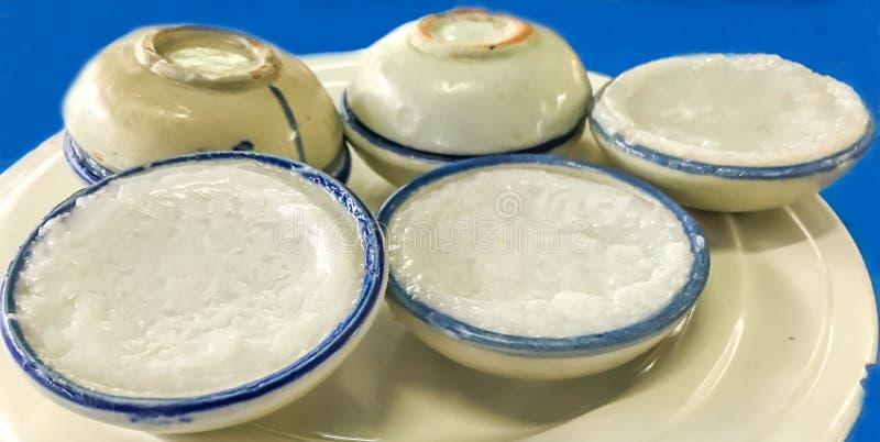 Ταϊλανδικό παραδοσιακό γλυκό επιδόρπιο: Kanom Tuay, κρέμα γάλακτος καρύδων στα μικρά φλυτζάνια πορσελάνης Εστίαση στο μέτωπο στοκ φωτογραφίες