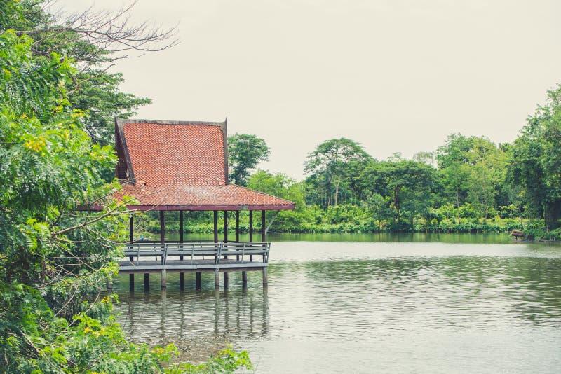 Ταϊλανδικό παραδοσιακό μικρό περίπτερο στην όχθη ποταμού στοκ εικόνες