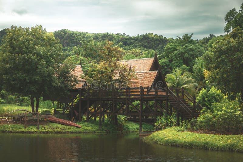 Ταϊλανδικό παραδοσιακό ξύλινο σπίτι ύφους κοντά στο νερό στην Ταϊλάνδη στοκ εικόνες με δικαίωμα ελεύθερης χρήσης