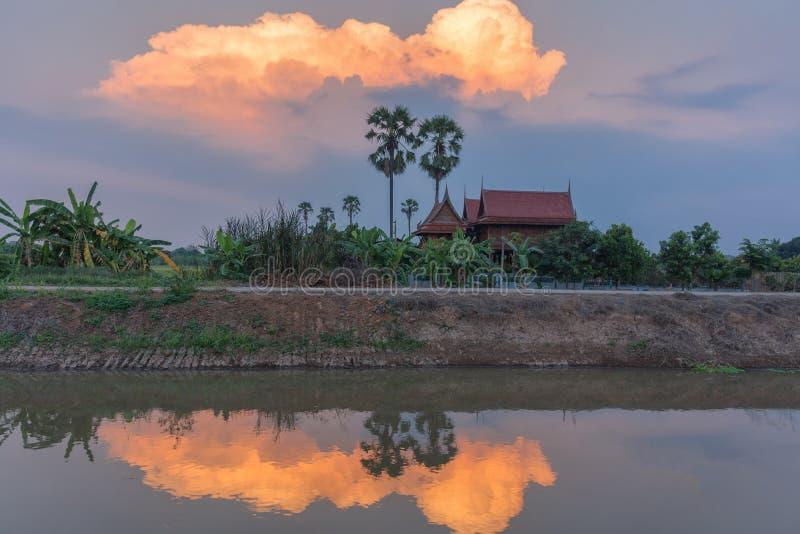 Ταϊλανδικό σπίτι στον κήπο στο ηλιοβασίλεμα στοκ φωτογραφία