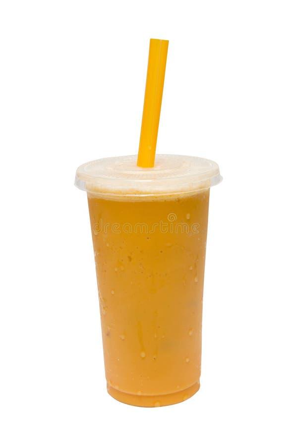Ταϊλανδικό τσάι με το γάλα στον πάγο στο διαφανές πλαστικό γυαλί που απομονώνεται στο άσπρο υπόβαθρο με το ψαλίδισμα της πορείας στοκ φωτογραφία με δικαίωμα ελεύθερης χρήσης