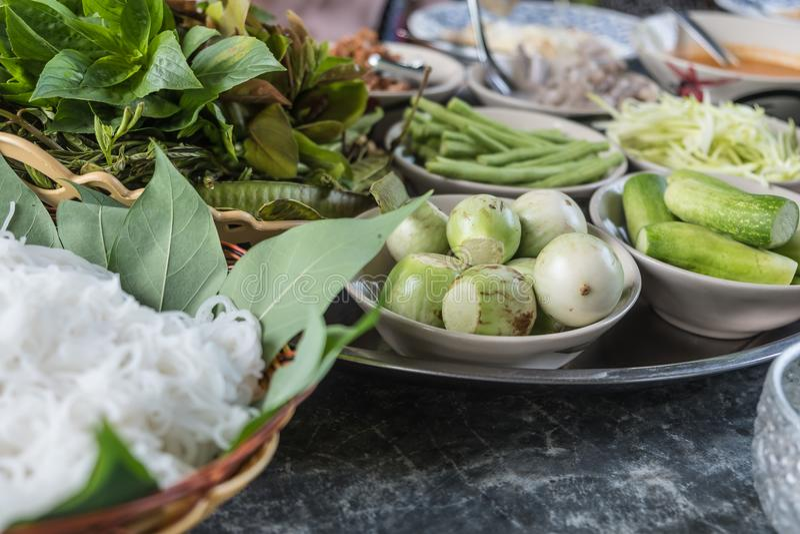 Ταϊλανδικό vermicelli ρυζιού που εξυπηρετείται με το κάρρυ στοκ εικόνες