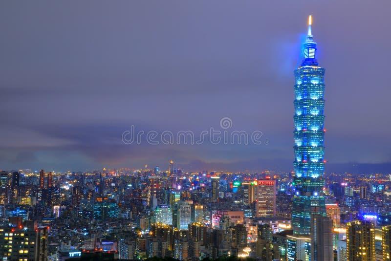 Ταϊπέι 101 και πόλη στη νύχτα στοκ εικόνα