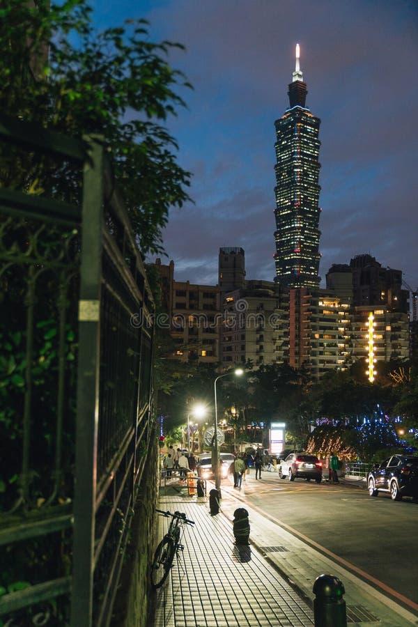 Ταϊπέι 101 ουρανοξύστης τη νύχτα με το δρόμο και τους ανθρώπους κοντά στο βουνό ελεφάντων Xiangshan στη Ταϊπέι, Ταϊβάν στοκ εικόνα με δικαίωμα ελεύθερης χρήσης