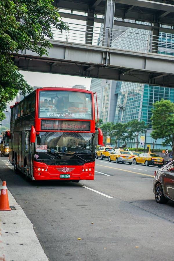 Ταϊπέι, ΤΑΪΒΑΝ - 1 Οκτωβρίου 2017: Λυκίσκος της Ταϊβάν στο λυκίσκο από τους ταξιδιώτες υποστήριξης κόκκινων γραμμών λεωφορείων στ στοκ φωτογραφίες