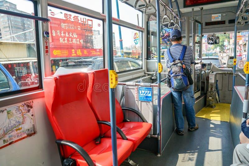 Ταϊπέι, ΤΑΪΒΑΝ - 1 Οκτωβρίου 2017: Μέσα στο τοπικό λεωφορείο που οι ταϊβανικοί λαοί μεταφέρουν κοντά, Ταϊπέι, Ταϊβάν στοκ φωτογραφίες