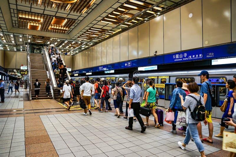 Ταϊπέι, ΤΑΪΒΑΝ - 2 Οκτωβρίου 2017: Οι επιβάτες που περπατούν γύρω για μια πλατφόρμα μεταφορών στον υπόγειο σταθμό τρένου της Ταϊβ στοκ εικόνες