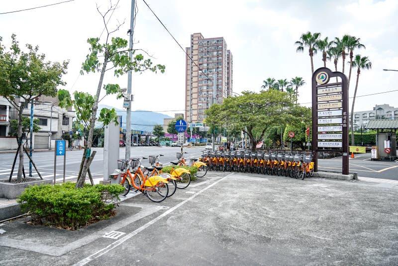 Ταϊπέι, ΤΑΪΒΑΝ - 1 Οκτωβρίου 2017: Ποδήλατα για το ενοίκιο πλησίον από την περιοχή εξόδων MRT Tuchen του υπόγειου τραίνου σταθμών στοκ φωτογραφία