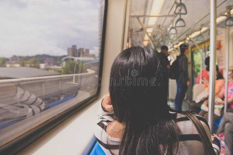 ΤΑΪΠΈΙ, ΤΑΪΒΑΝ - 7.2017 ΟΚΤΩΒΡΙΟΥ: Επιβάτες MRT στο υπόγειο τρένο στη Ταϊπέι, άνθρωποι μέσα σε ένα υπόγειο τρένο στοκ εικόνες με δικαίωμα ελεύθερης χρήσης