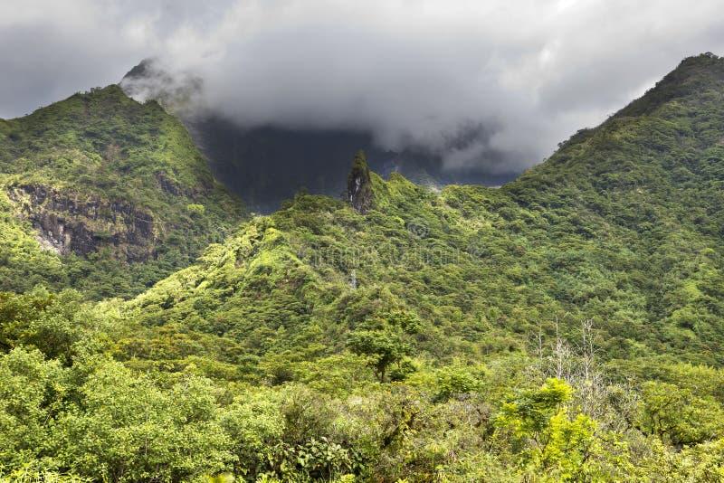 Ταϊτή Πολυνησία Σύννεφα πέρα από ένα τοπίο βουνών στοκ εικόνα με δικαίωμα ελεύθερης χρήσης
