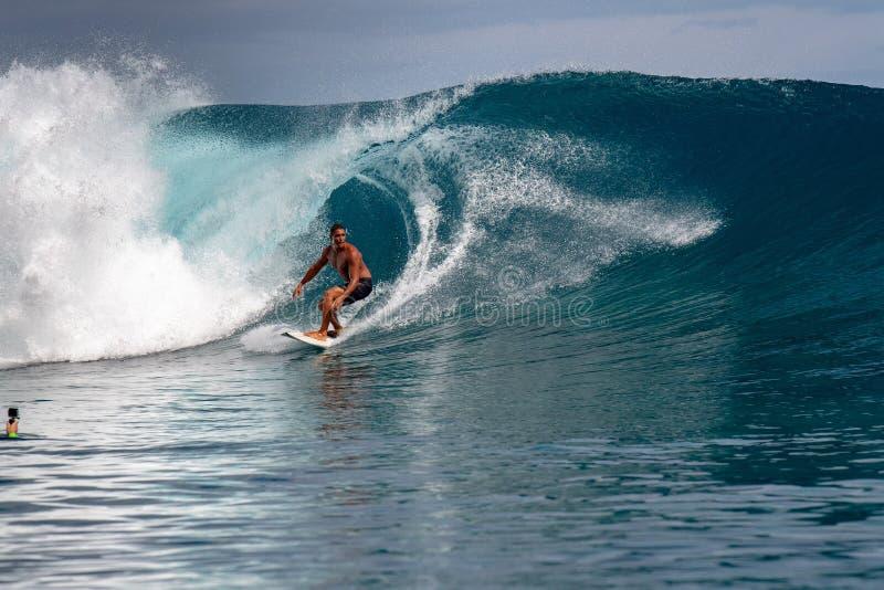 ΤΑΪΤΗ, ΓΑΛΛΙΚΗ ΠΟΛΥΝΗΣΙΑ - 5 Αυγούστου 2018 - ημέρες κατάρτισης Surfer πριν από τον ανταγωνισμό Billabong Ταϊτή στο σκόπελο Teahu στοκ φωτογραφίες με δικαίωμα ελεύθερης χρήσης