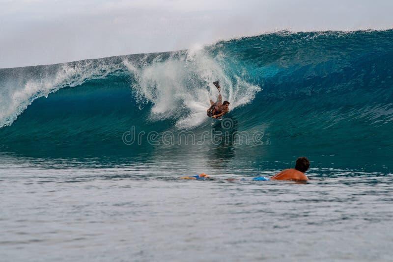ΤΑΪΤΗ, ΓΑΛΛΙΚΗ ΠΟΛΥΝΗΣΙΑ - 5 Αυγούστου 2018 - ημέρες κατάρτισης Surfer πριν από τον ανταγωνισμό Billabong Ταϊτή στο σκόπελο Teahu στοκ εικόνες