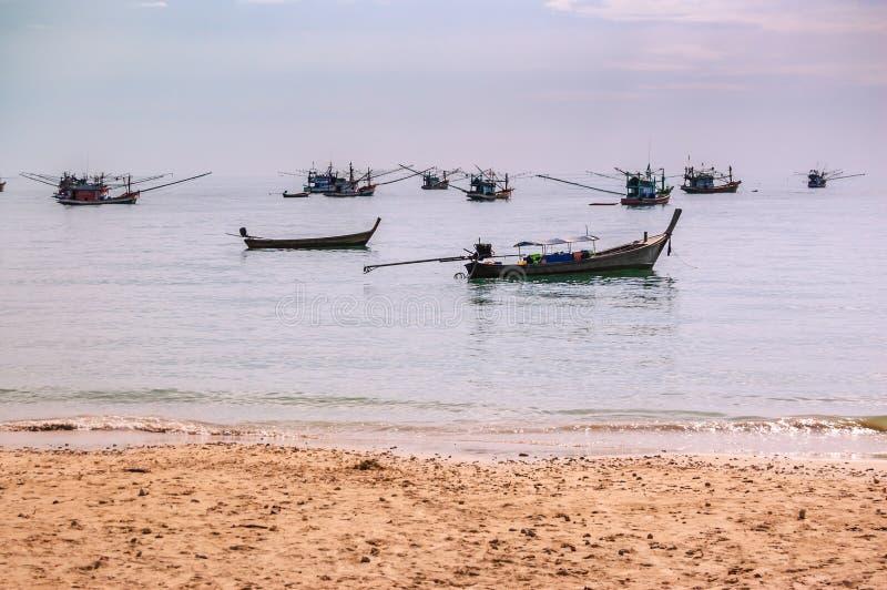 Ταϊλανδικά αλιευτικά σκάφη στην άγκυρα από την παραλία στοκ εικόνες με δικαίωμα ελεύθερης χρήσης