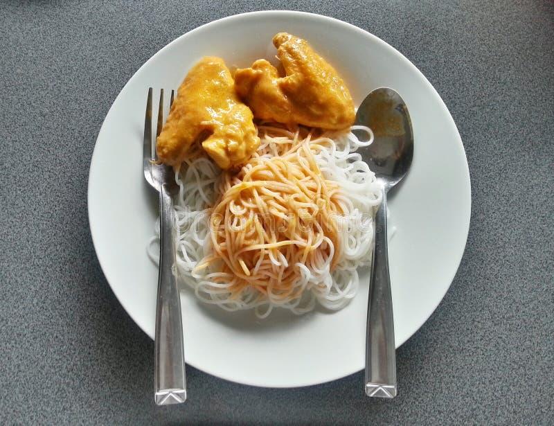 Ταϊλανδικά ζυμαρικά με το κάρρυ κοτόπουλου, ταϊλανδικά τρόφιμα, Ταϊλάνδη στοκ φωτογραφίες με δικαίωμα ελεύθερης χρήσης