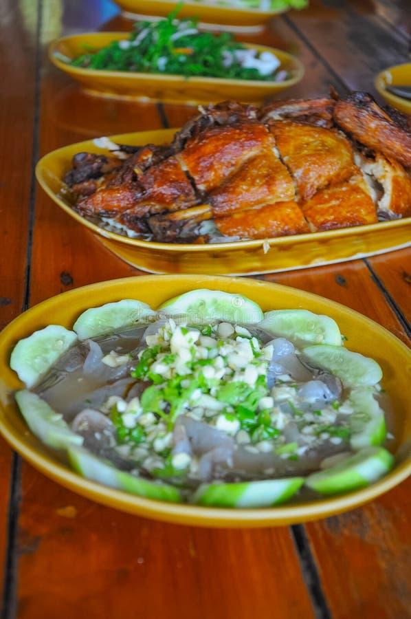Ταϊλανδικά θαλασσινά γαρίδων και ψημένο στη σχάρα κοτόπουλο στοκ φωτογραφίες με δικαίωμα ελεύθερης χρήσης