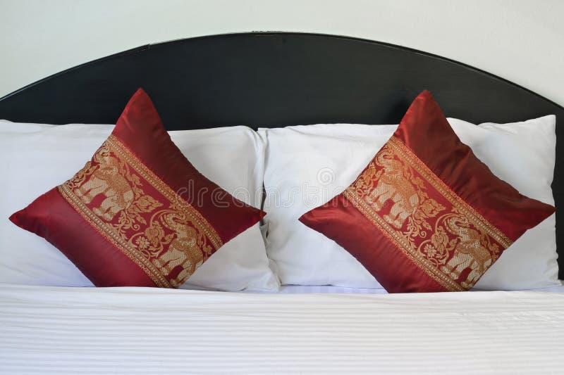 Ταϊλανδικά μαξιλάρια σχεδίων ελεφάντων ύφους στο κρεβάτι στοκ φωτογραφία με δικαίωμα ελεύθερης χρήσης