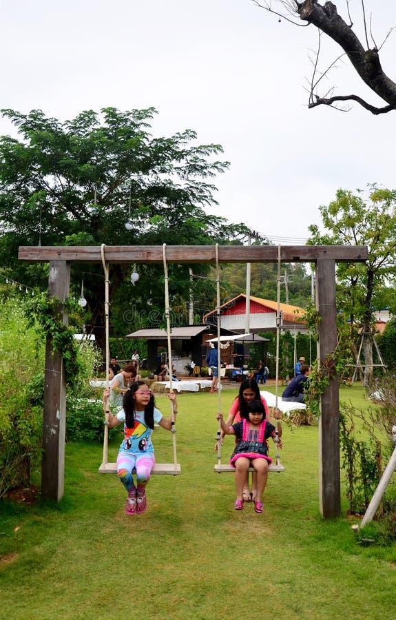 Ταϊλανδικά παιδιά που παίζουν την ταλάντευση στον κήπο στοκ φωτογραφία με δικαίωμα ελεύθερης χρήσης