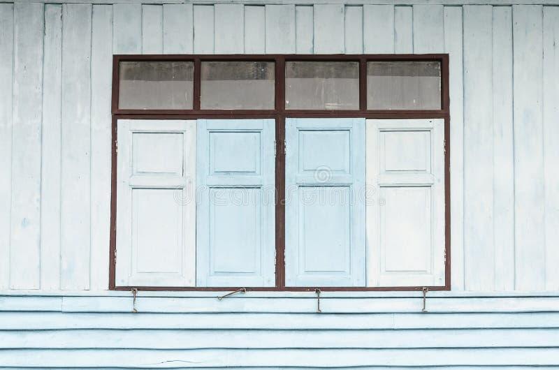 Ταϊλανδικά παράθυρα ύφους και παλαιά ξύλινα παραθυρόφυλλα στοκ εικόνες