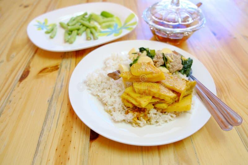 Ταϊλανδικά τρόφιμα ρυζιού και κάρρυ στοκ φωτογραφία με δικαίωμα ελεύθερης χρήσης