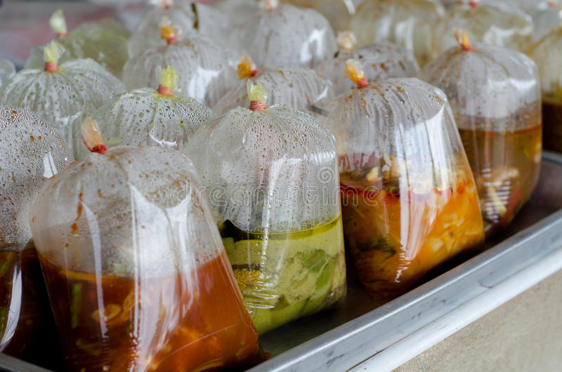 Ταϊλανδικά τρόφιμα στη πλαστική τσάντα στοκ εικόνες