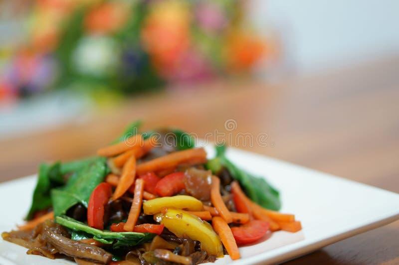 Ταϊλανδικά χορτοφάγα νουντλς με τη σάλτσα σόγιας στοκ εικόνες