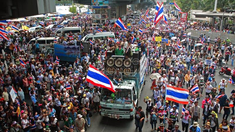 Ταϊλανδικά protestors που βαδίζουν στη Μπανγκόκ στοκ εικόνα