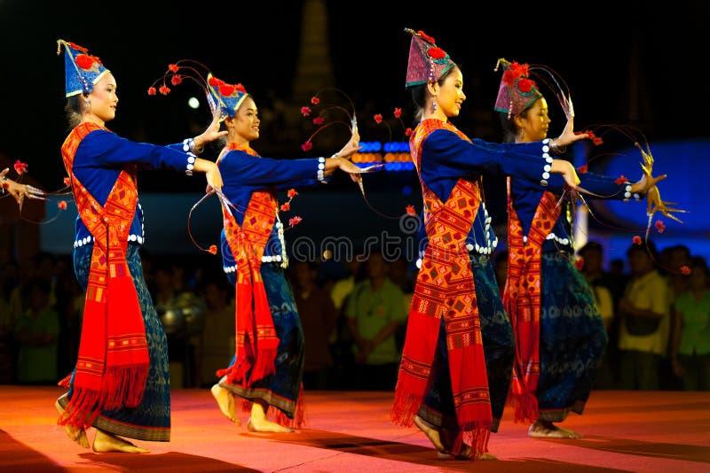 Ταϊλανδική θηλυκή παραδοσιακή απόδοση νύχτας χορευτών στοκ εικόνα με δικαίωμα ελεύθερης χρήσης