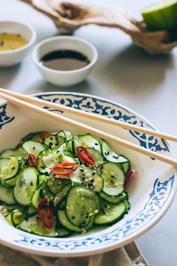 Ταϊλανδική σαλάτα αγγουριών με το σουσάμι και το τσίλι στοκ φωτογραφία