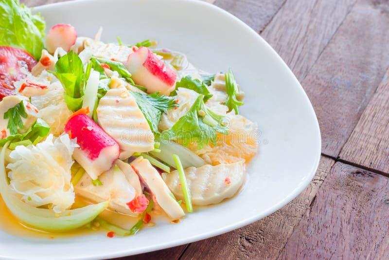 Ταϊλανδική σαλάτα χοιρινού κρέατος κουζίνας πικάντικη στο ξύλινο υπόβαθρο ή το μουγκρητό Yor Yum στοκ φωτογραφία