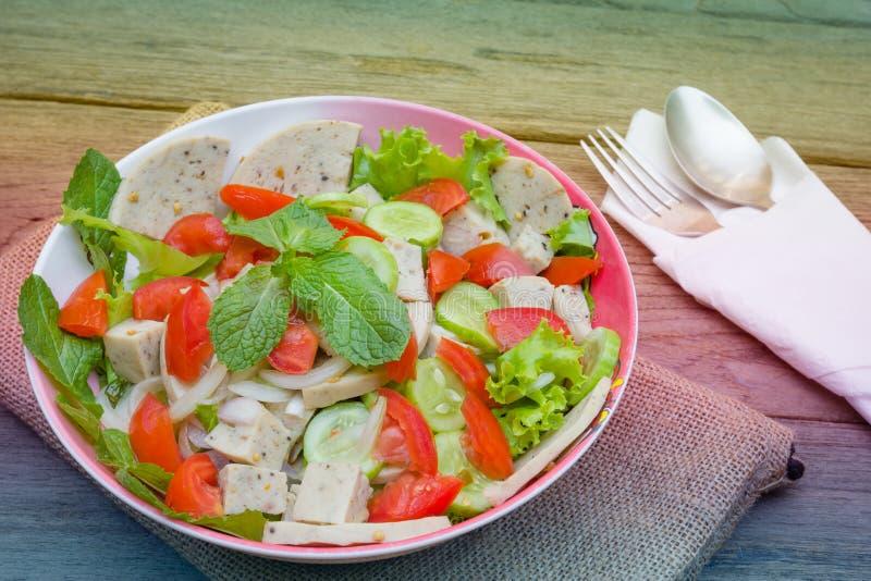 Ταϊλανδική σαλάτα χοιρινού κρέατος κουζίνας πικάντικη στο ξύλινο υπόβαθρο ή το μουγκρητό Yor Yum, στοκ φωτογραφίες με δικαίωμα ελεύθερης χρήσης