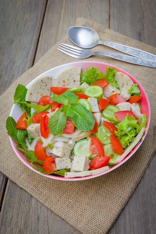 Ταϊλανδική σαλάτα χοιρινού κρέατος κουζίνας πικάντικη στο ξύλινο υπόβαθρο ή το μουγκρητό Yor Yum στοκ φωτογραφίες