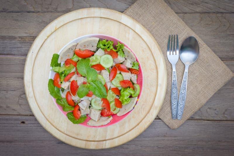 Ταϊλανδική σαλάτα χοιρινού κρέατος κουζίνας πικάντικη στο ξύλινο υπόβαθρο ή το μουγκρητό Yor Yum στοκ φωτογραφία με δικαίωμα ελεύθερης χρήσης