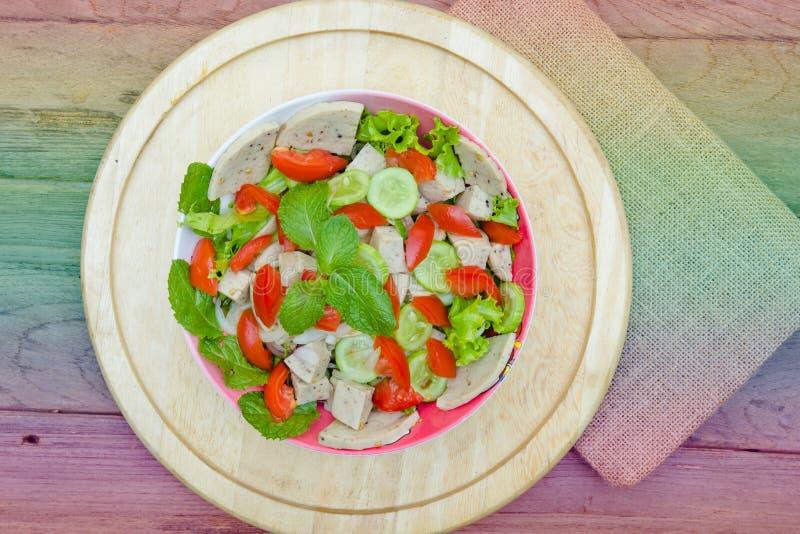 Ταϊλανδική σαλάτα χοιρινού κρέατος κουζίνας πικάντικη στο ξύλινο υπόβαθρο ή το μουγκρητό Yor Yum, στοκ εικόνες