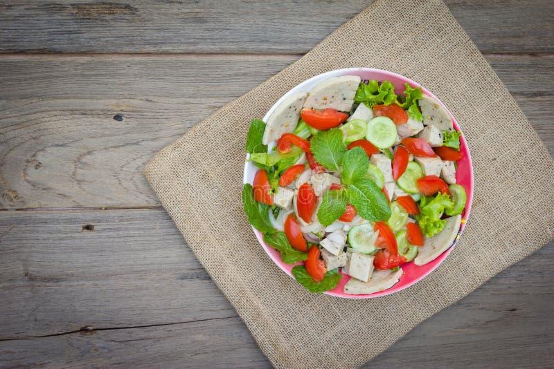 Ταϊλανδική σαλάτα χοιρινού κρέατος κουζίνας πικάντικη στο ξύλινο υπόβαθρο ή το μουγκρητό Yor Yum στοκ εικόνες με δικαίωμα ελεύθερης χρήσης