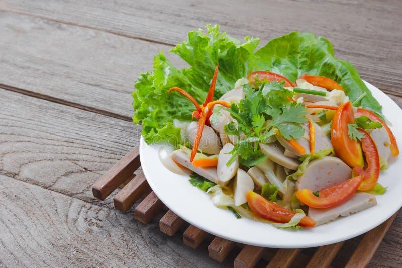 Ταϊλανδική σαλάτα χοιρινού κρέατος κουζίνας πικάντικη στο ξύλινο υπόβαθρο ή το μουγκρητό Yor Yum στοκ εικόνα με δικαίωμα ελεύθερης χρήσης