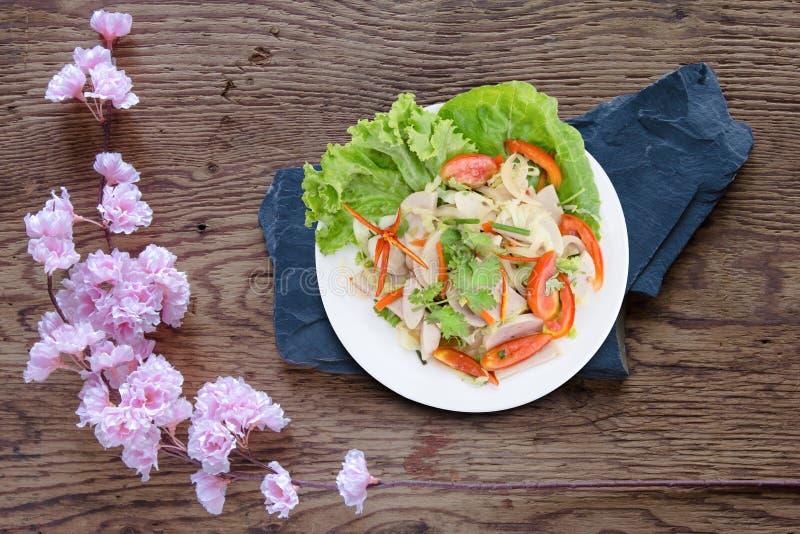 Ταϊλανδική σαλάτα χοιρινού κρέατος κουζίνας πικάντικη στο ξύλινο υπόβαθρο ή το μουγκρητό Yor Yum στοκ εικόνα