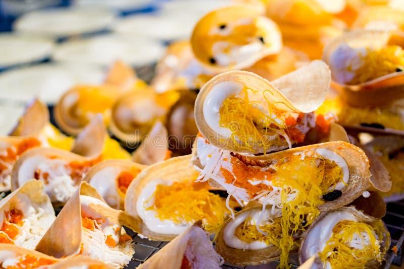 Ταϊλανδική τριζάτη τηγανίτα - η κρέμα crepes και χρυσοί λέκιθοι αυγών, Ταϊλάνδη στοκ εικόνες