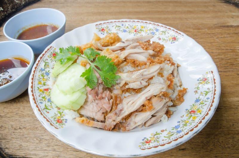 Ταϊλανδικό γαστρονομικό τηγανισμένο κοτόπουλο τροφίμων με το ρύζι, cris kai ατόμων khao tod στοκ φωτογραφία