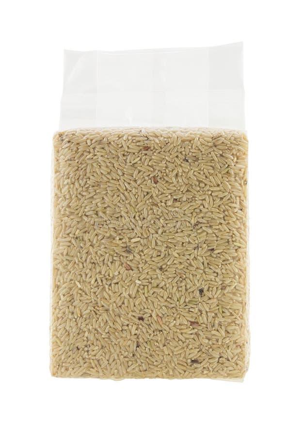 Ταϊλανδικό καφετί ρύζι στη πλαστική τσάντα που απομονώνεται στο άσπρο υπόβαθρο στοκ φωτογραφία